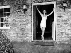 Sharon Tate all'ingresso della villa di Cielo Drive, nel 1969