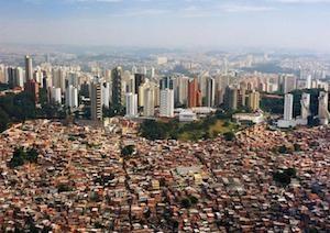 Grattacieli e favela di San Paolo.